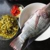南方酸菜焖罗非鱼的做法(附煎鱼不粘锅的小窍门)