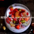 草莓干果酸奶杯的家庭自制方法
